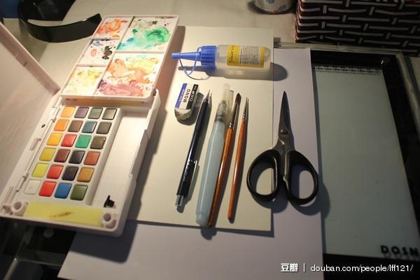 准备工具:A4纸、水彩纸、水彩笔、水彩颜料、剪刀、笔刀(忘记放上去了( ノД`))、橡皮、铅笔、胶水、透写台
