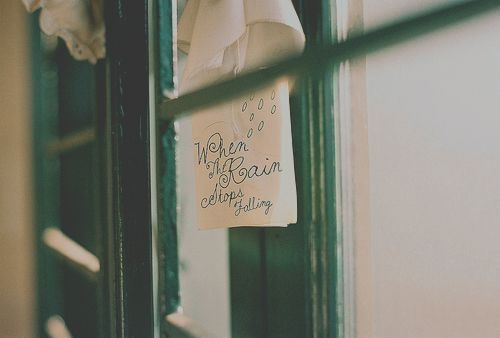 有的人会习惯性的坐在靠窗的座位上,推开窗,看着窗外飞驰而过的风景,