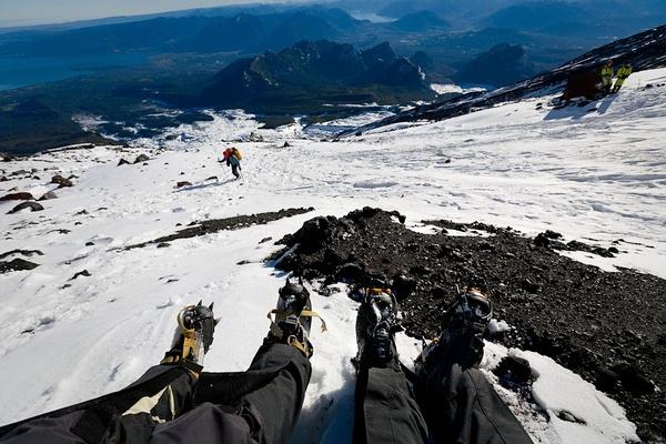 爬泥石流火山(2847m). 普贡,智利。四个小时后,我们终于到达山顶,美丽的蔚蓝的天空,令人难以置信的美景。