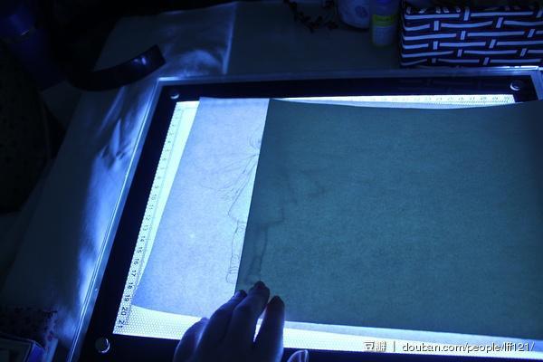 开透写台,将草稿转印到水彩纸上,注意关节重叠的部分要分开描摹('へ')