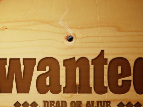 如何在木板上做出冒烟的子弹孔和通缉的标志