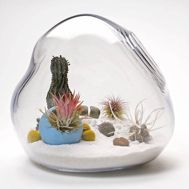 Lykt水晶球Lítill饲养箱<br /><br /> http://interiorzine.com/2010/07/27/litill-terrariums-tiny-living-sculpture/