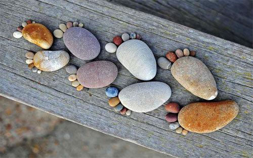 足迹石壁纸<br /> 可下载的1280×800,1440×900,1680×1050,1920×1200像素。<br /> http://www.wallpaperhere.com/Footstep_Stones_Wallpaper_104087