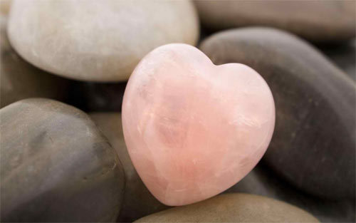 粉红色的心石<br /> 可下载的1280×800,1440×900,1680×1050,1920×1200像素。<br /> http://www.wallpaperhere.com/Pink_Heart_Stone_96801