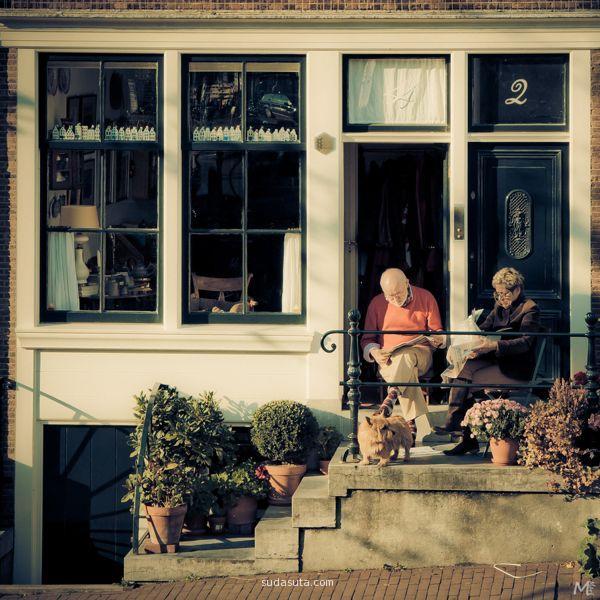 老夫妇坐在街头