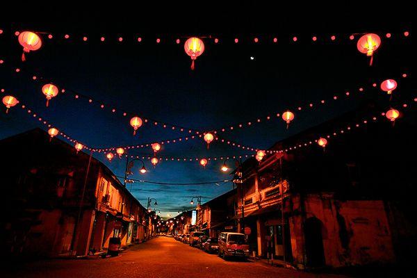 美丽的灯笼在街头装饰