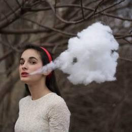 Alexis Mire 和云朵做游戏