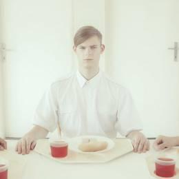 Maria Svarbova 的系列摄影《The dining room》