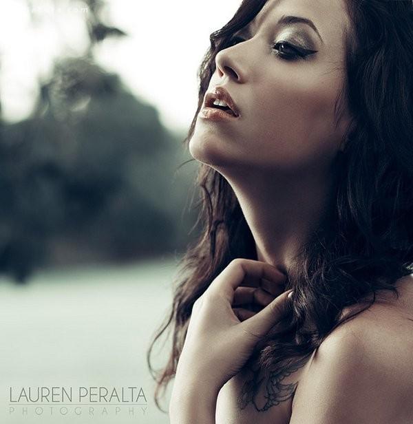 Lauren Peralta 带着纹身的女生