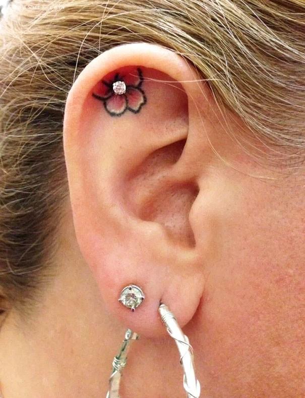 耳朵后面的纹身艺术