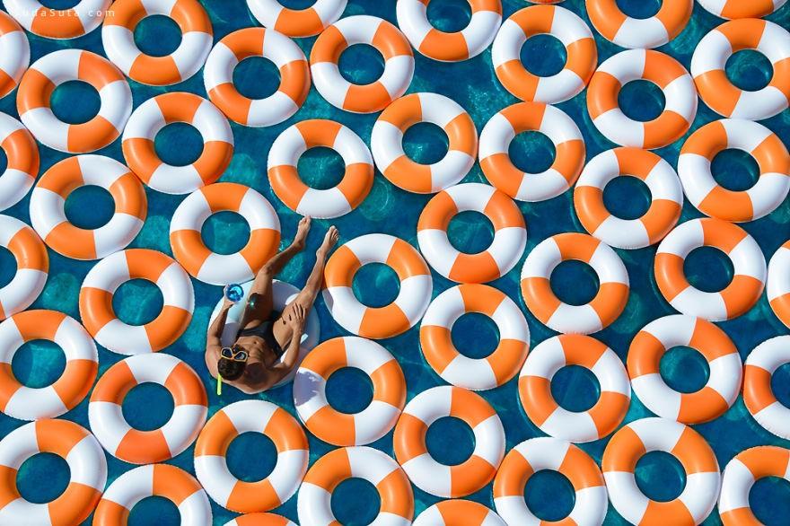 GrayMalin 充满着救生圈的游泳池