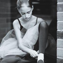 Anca 在街角穿红裙跳舞的女生