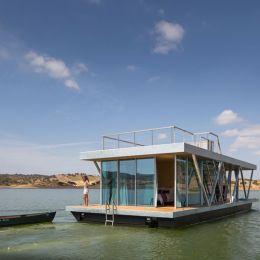 Friday 的浪漫的漂浮房子