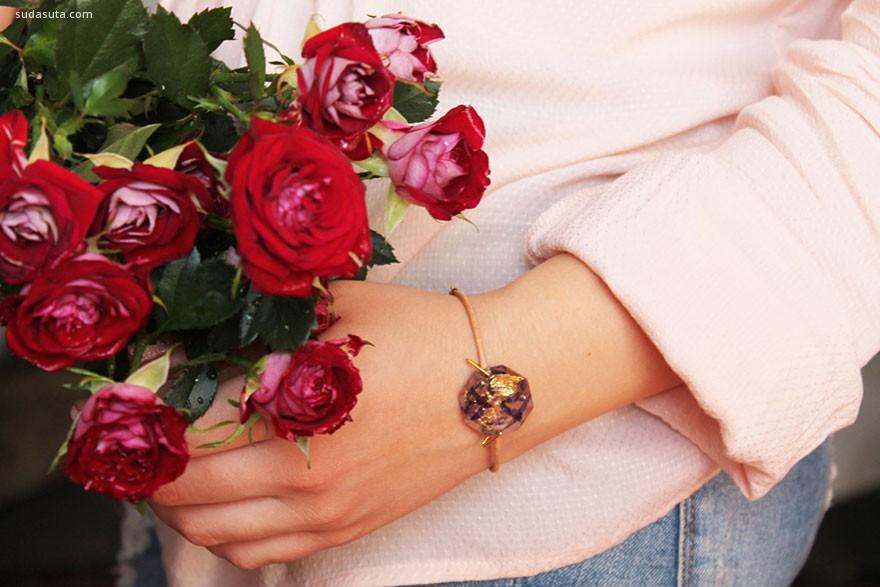 Lyuda 把花朵戴在手上