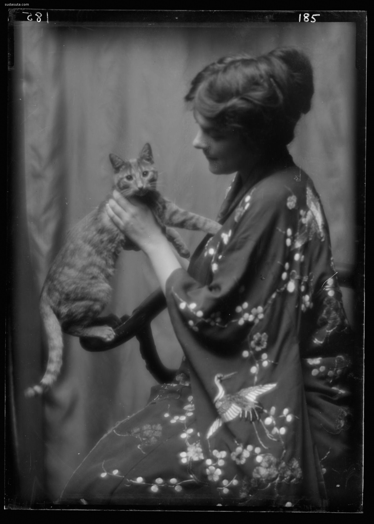 Arnold Genthe 猫咪与女生 黑白老照片