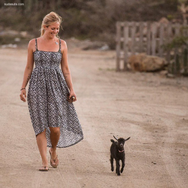 Rachel Brathen 带着小羊做瑜伽