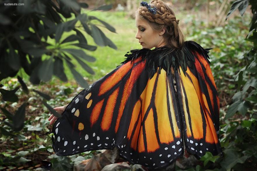 Alassie 把蝴蝶的翅膀穿在身上