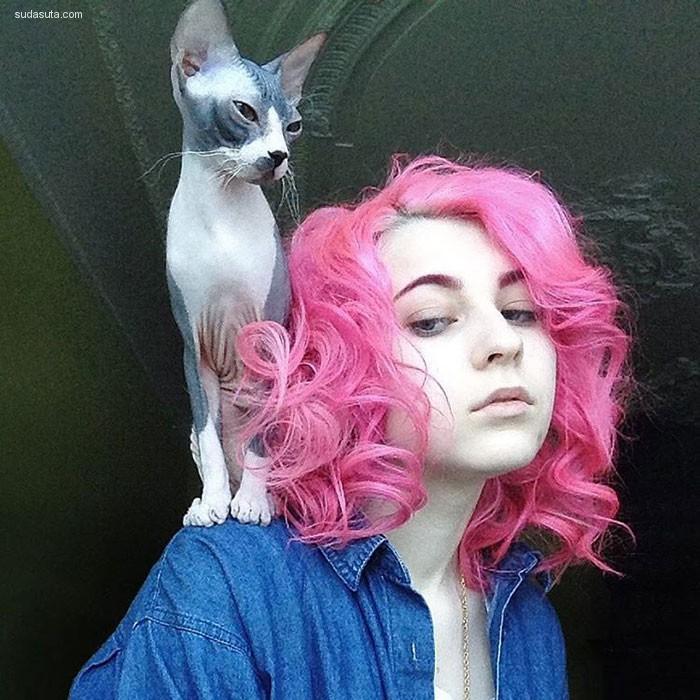 Katichka 隐藏在采用色头发下面的猫咪