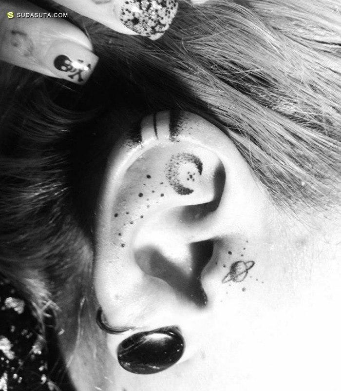 耳朵上的迷你纹身