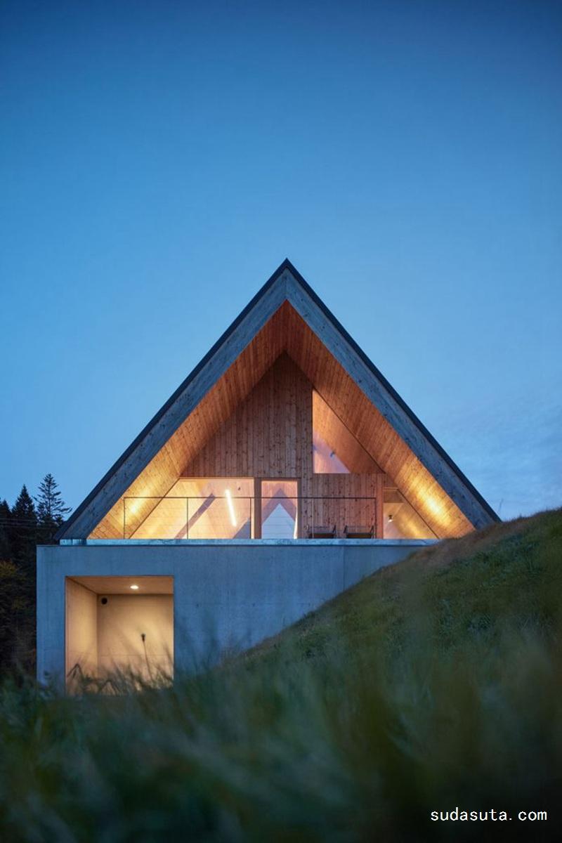 Pavel Mčchek 山坡上漂亮的假日房子